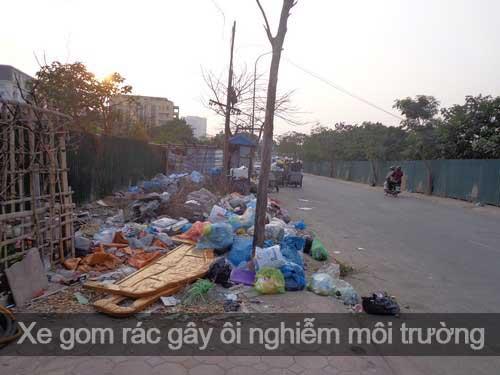 Xe gom rác được xếp la liệt dưới lòng đường, vỉ hè tại khu vực ngõ 165 Xuân Thủy - Cầu Giấy.