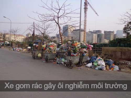 Những chiếc xe gom rác trên phố Tô Hiến Thành, quận Hai Bà Trưng