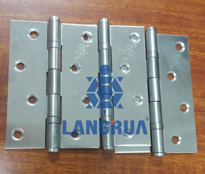 Độ dày của bản lề inox Qing Hua lên tới 1,5mm chống cong vênh trong quá trình lắp đặt và sử dụng.